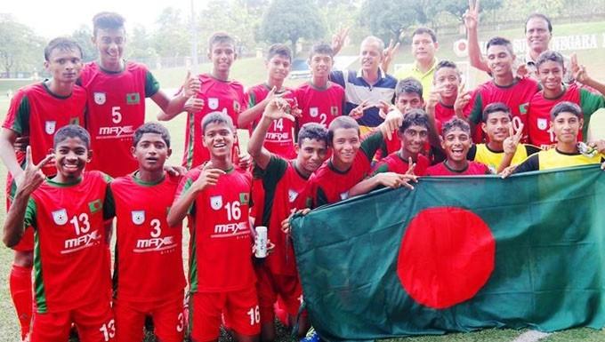 মালয়েশিয়ার সুপারমক কাপ ফাইনালঃ জয়ী বাংলাদেশ অনূর্ধ্ব-১২ ফুটবল দল